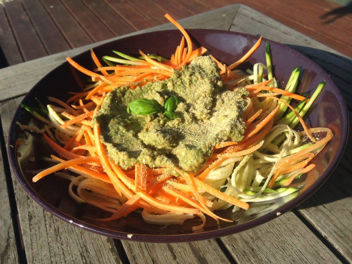 Spaghetti z cukinii i marchewki z zielonym pesto z awokado (raw vegan)
