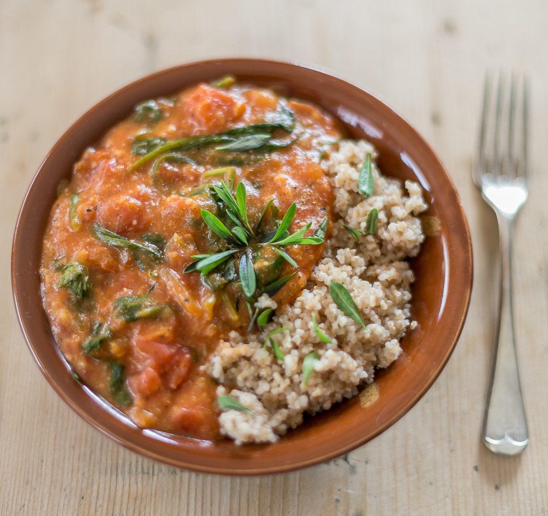 Kasza orkiszowa z sosem Pomidor & Szpinak_Przepisy wegańskie Niebieski Migdał