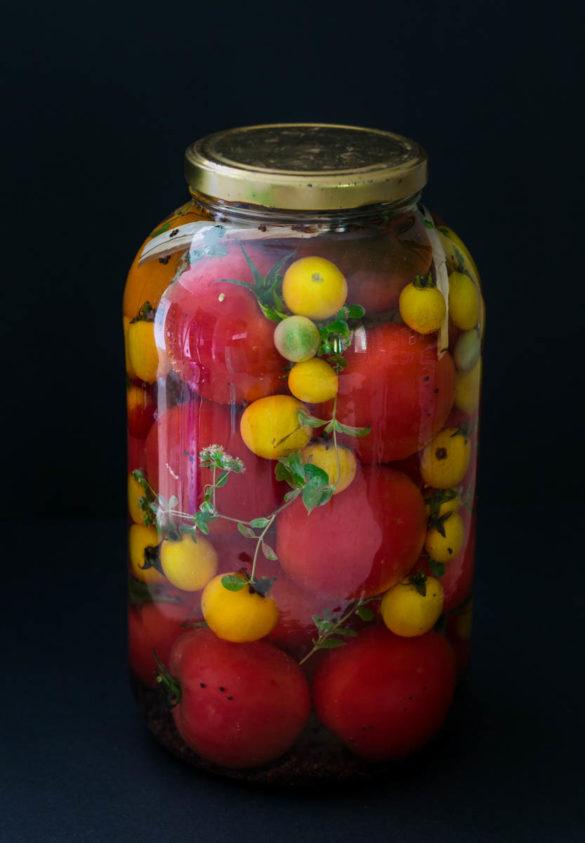 Kiszone pomidory z majerankiem i czarną gorczycą