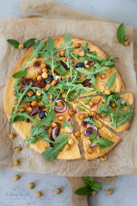 Pizza z mąki z cieciorki z hummusem, cieciorką BBQ i karmelizowaną cebulą_Niebieski Migdał