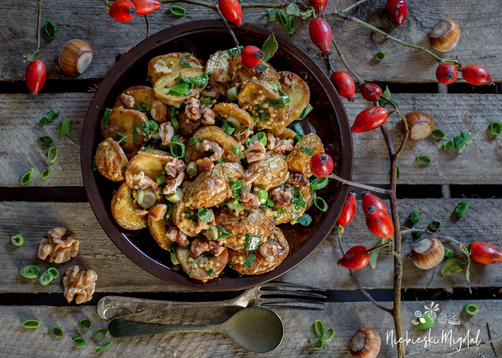 Sałatka z pieczonych ziemniaków z orzechami włoskimi